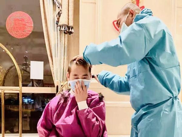 不为帅气留影,只为救人方便。到达武汉的第一天便剃光了头发。