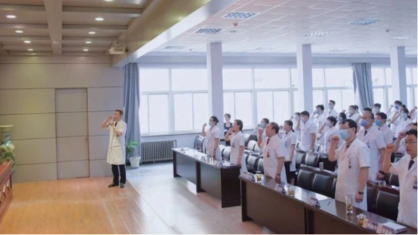 我院医务处陈建华处长带领与会全体医务人员庄严宣誓