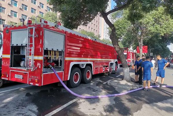 """8月3日6:00,承德市消防应急救援支队支援的第一批20吨""""生命之水""""注入医院地下储水池"""