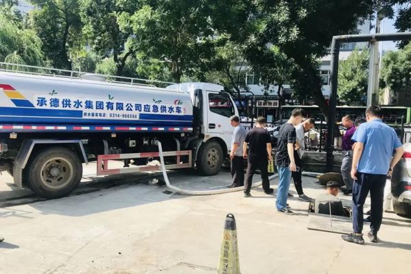 承德市自来水公司了解到医院的特殊需求后,也向医院紧急配送14吨用水