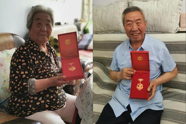 """向老党员颁发""""光荣在党50周年""""纪念章"""
