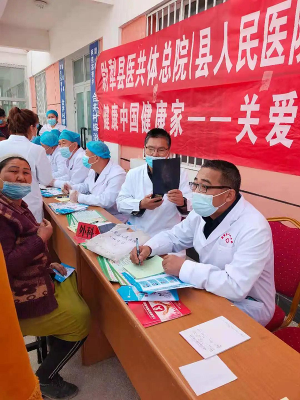 骨科二病区医生徐文硕(右二)赴新疆尉犁县进行对口支援